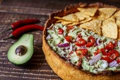Australijski mięsny kulebiak na stole avocado i, chili, układy scaleni horyzontalny odgórny widok, wieśniaka styl Fotografia Stock