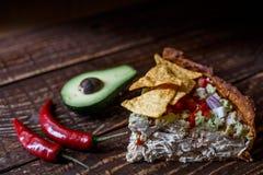 Australijski mięsny kulebiak na stole avocado i, chili, układy scaleni horyzontalny odgórny widok, wieśniaka styl Obraz Stock