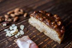 Australijski mięsny kulebiak na stole bekonie i, arachid, orzech włoski horyzontalny odgórny widok, wieśniaka styl Obraz Stock