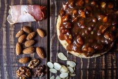 Australijski mięsny kulebiak na stole bekonie i, arachid, orzech włoski horyzontalny odgórny widok, wieśniaka styl Zdjęcia Royalty Free