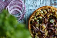 Australijski mięsny kulebiak na stole bekonie i, arachid, orzech włoski horyzontalny odgórny widok, wieśniaka styl Obraz Royalty Free