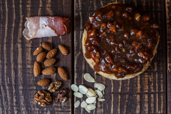 Australijski mięsny kulebiak na stole bekonie i, arachid, orzech włoski horyzontalny odgórny widok, wieśniaka styl Zdjęcie Stock