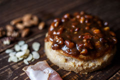 Australijski mięsny kulebiak na stole bekonie i, arachid, orzech włoski horyzontalny odgórny widok, wieśniaka styl Zdjęcie Royalty Free