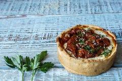 Australijski mięsny kulebiak na stole, horyzontalny odgórny widok, wieśniaka styl Fotografia Stock