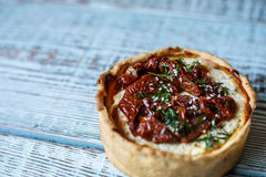 Australijski mięsny kulebiak na stole, horyzontalny odgórny widok, wieśniaka styl Obrazy Stock
