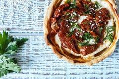 Australijski mięsny kulebiak na stole, horyzontalny odgórny widok, wieśniaka styl Fotografia Royalty Free