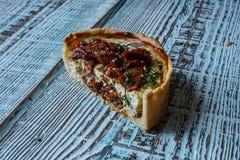Australijski mięsny kulebiak na stole, horyzontalny odgórny widok, wieśniaka styl Obrazy Royalty Free