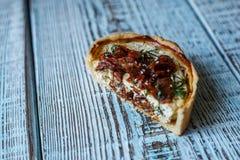 Australijski mięsny kulebiak na stole, horyzontalny odgórny widok, wieśniaka styl Zdjęcie Royalty Free