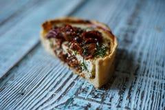 Australijski mięsny kulebiak na stole, horyzontalny odgórny widok, wieśniaka styl Zdjęcia Stock