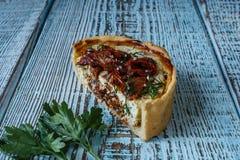 Australijski mięsny kulebiak na stole, horyzontalny odgórny widok, wieśniaka styl Obraz Royalty Free