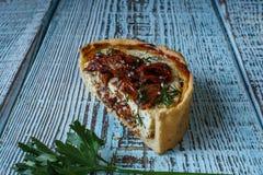 Australijski mięsny kulebiak na stole, horyzontalny odgórny widok, wieśniaka styl Zdjęcia Royalty Free