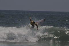 Australijski surfingowa sola Bailey na górze fala Obrazy Stock