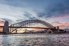 Australisch iconisch oriëntatiepunt Sydney Harbour Bridge tegen beeld stock foto