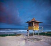 Australisch strand bij schemering met badmeester Stock Foto's