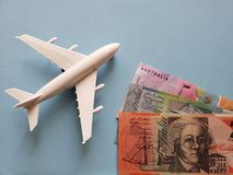 australische Banknoten, weißes Plastikflugzeug und blauer Hintergrund lizenzfreie stockfotos