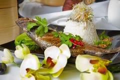 Australische Barramundi, die met de rijst van de Jasmijn wordt gediend Stock Afbeeldingen