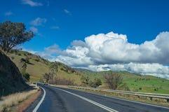 Australische binnenlandweg, weg op zonnige dag Landelijke infrastruct royalty-vrije stock afbeeldingen