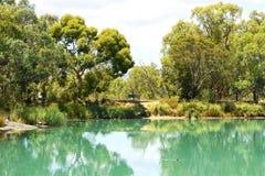 Australische bushland Einstellung im Freien mit großem Teich Stockbilder