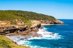 Australische Felsformation mit Ozean im Hintergrund, Sandsteinbeschaffenheit Stockbilder