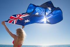 Australische Flagge der attraktiven Frau in Ozean Stockfotografie