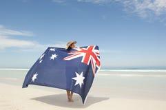 Australische Flagge der attraktiven Frau am Ozeanstrand Lizenzfreies Stockfoto