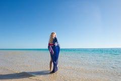 Australische Flagge der entspannten Frau am Strand Stockfotografie
