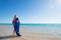 Australische Flagge der glücklichen Frau in Ozean Lizenzfreies Stockbild