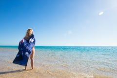 Australische Flagge der glücklichen Frau am Strand Stockfotografie