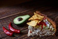 Australische Fleischtorte auf dem Tisch und Avocado, Paprika, Chips eine horizontale Draufsicht, rustikale Art Stockfotografie