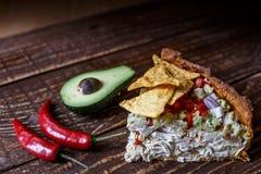 Australische Fleischtorte auf dem Tisch und Avocado, Paprika, Chips eine horizontale Draufsicht, rustikale Art Lizenzfreie Stockfotos