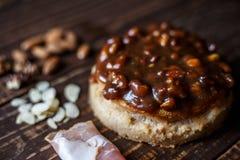 Australische Fleischtorte auf dem Tisch und Speck, Erdnuss, Walnuss eine horizontale Draufsicht, rustikale Art Lizenzfreies Stockfoto