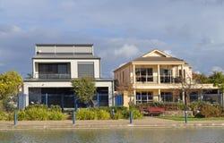 Australische Häuser auf dem See Stockfoto
