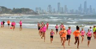 Australische Jugendläufe auf dem Strand Lizenzfreies Stockbild