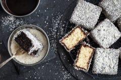 Australische lamingtoncakes met chocolade en kokosnoot Stock Foto's