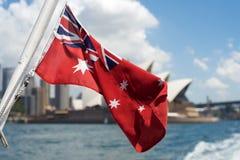Australische rote Fahnenflagge mit Sydney Opera House-Hintergrund Lizenzfreie Stockfotos