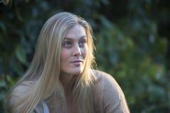 Australische Schönheit mit dem langen blonden Haar lizenzfreie stockfotografie