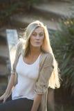 Australische Schönheit mit dem langen blonden Haar, das oben zur Kamera schaut lizenzfreies stockbild