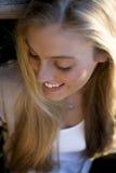 Australische Schoonheid met Lange Blonde Haarzitting die neer eruit zien Stock Foto