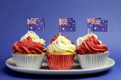 Australische thema rode, witte en blauwe cupcakes met nationale vlag. Royalty-vrije Stock Foto