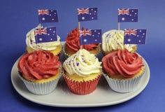 Australische thema rode, witte en blauwe cupcakes met nationale vlag - close-up. Royalty-vrije Stock Afbeelding