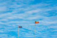 Australische und eingeborene Flaggen gegen blauen Himmel auf dem backgrou Stockfotografie