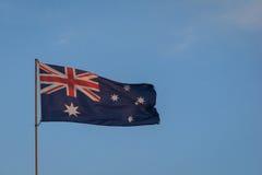 Australische Vlag die in de roze zonsondergang vliegen Stock Foto