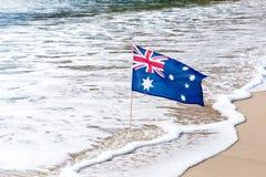 Australische Vlag die in de wind op het strand golven Royalty-vrije Stock Afbeeldingen