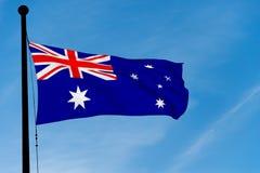 Australische Vlag die over blauwe hemel golven Royalty-vrije Stock Afbeelding