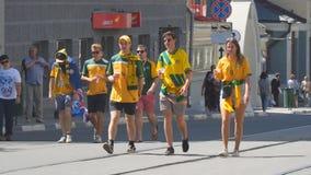 Australische voetbalventilators op de straten van Samara stock footage