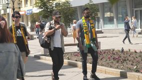 Australische voetbalventilators in Samara tijdens de wereldbeker van FIFA van 2018 stock video