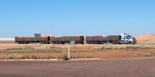Australische wegtrein met groen en bruin gestreept geteerd zeildoek in van gemiddelde lengte Royalty-vrije Stock Foto's
