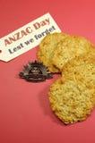 Australisches aufgehende Sonne-Hut-Abzeichen ANZAC TagWWI mit traditionellen Anzac Keksen und aus Furcht, dass wir Mitteilung verg Lizenzfreie Stockbilder