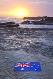 Australischer Flaggen-Sonnenaufgang-Strand-Ozean-Himmel Stockbild