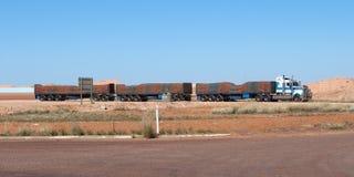Australischer Lastzug mit grüner und brauner gestreifter Plane in voller Länge Lizenzfreie Stockfotos